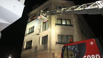 Imagen de los bomberos en el edificio donde se derrumbó uno de los balcones