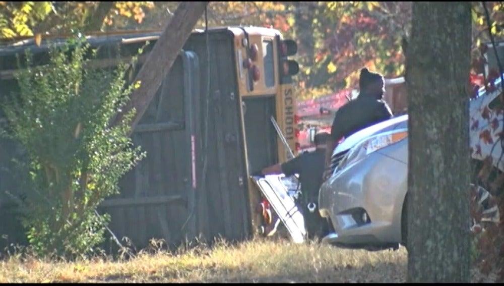 Frame 0.654309 de: Al menos seis niños muertos en el choque de un autobús escolar contra un árbol en Tennessee