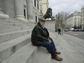 José Antonio Labordeta a las puertas del Congreso