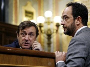Rafael Hernando y Antonio Hernando conversan tras conocer la muerte de Rita Barberá