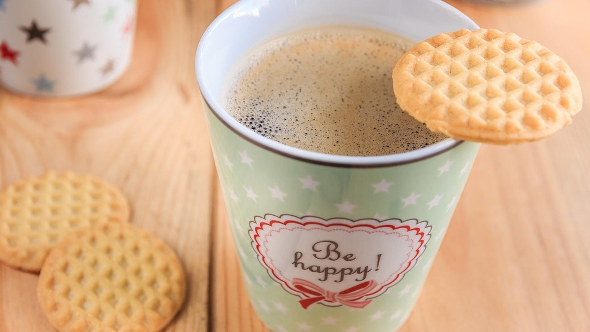 Café con leche y una galleta
