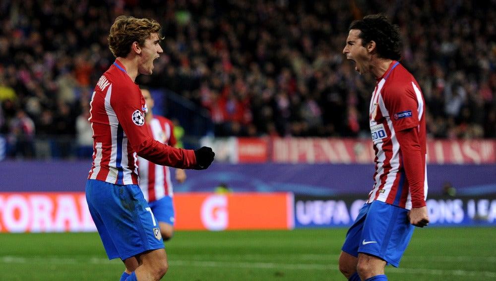Griezmann celebra con Tiago su gol contra el PSV