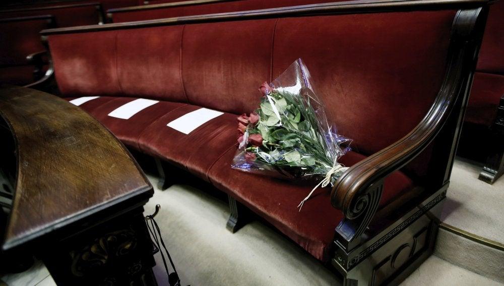 Ramo de rosas en el banco de Rita Barberá