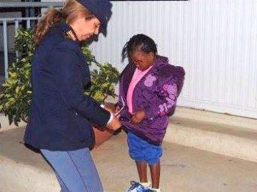 La pequeña Oumoh con una policía