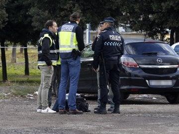 Agentes de la policía junto al vehículo de la joven degollada en Fuenlabrada