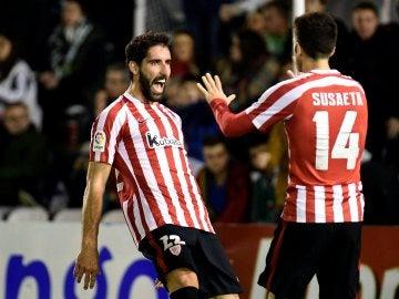 Raúl García celebra uno de sus goles contra el Racing