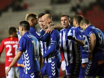 Los jugadores del Alavés celebran uno de los goles contra el Nástic