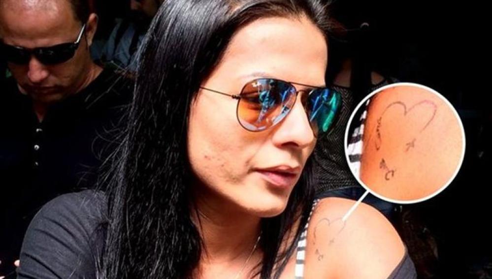 La mujer de Cléber Santana muestra su tatuaje