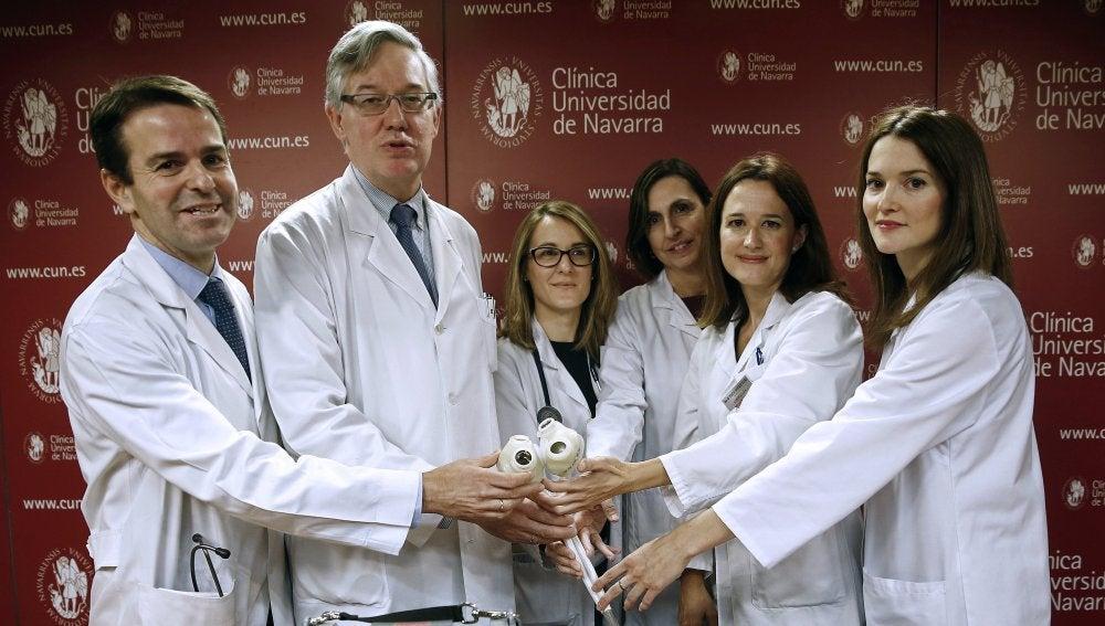 Un grupo de médicos y enfermeras muestran una copia del corazón artificial que ha sido trasplantado