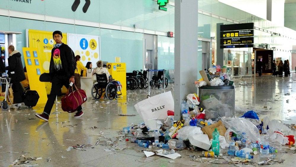 Restos de basura en la T1 del Aeropuerto de Barcelona