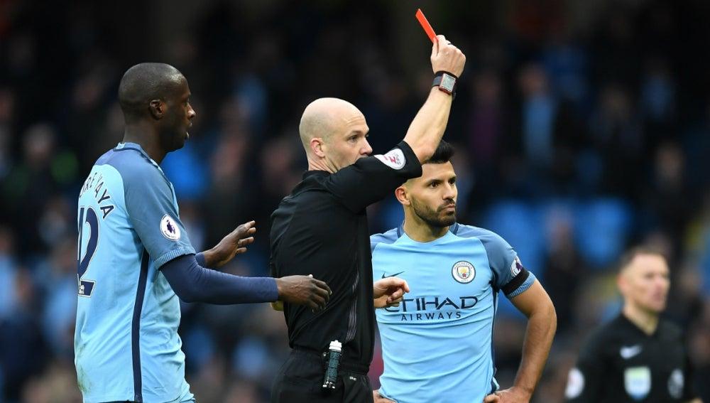 El árbitro muestra la roja a Agüero