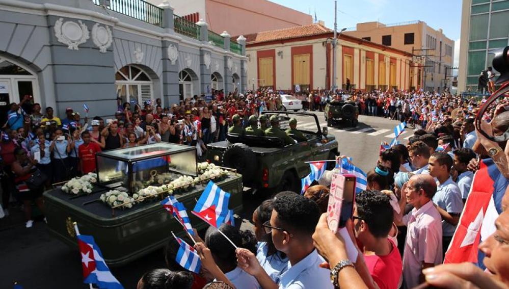 Miles de personas reciben a la caravana con las cenizas del fallecido líder de la revolución cubana Fidel Castro