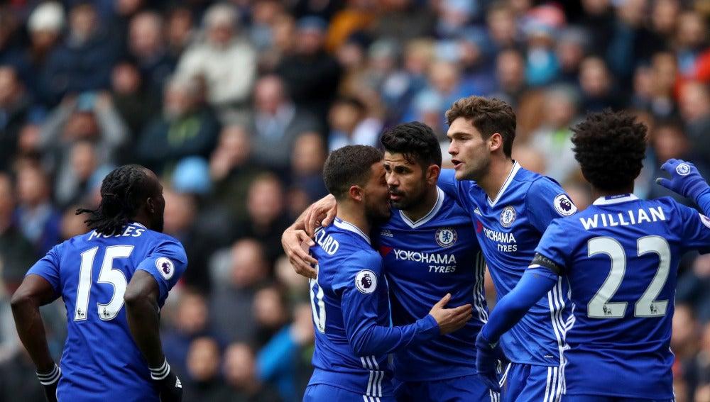 Diego Costa y Hazard celebran un gol en el Etihad