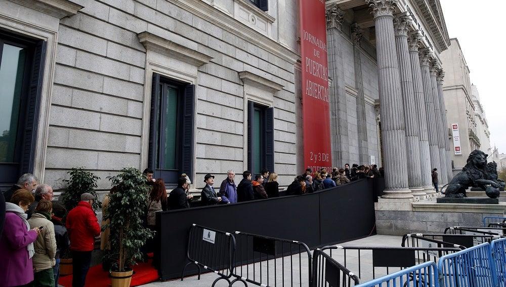 Cientos de personas hacen cola ante la puerta principal del Congreso de los Diputados