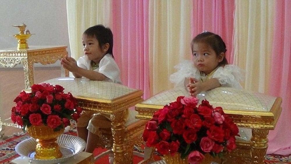 Teekatat y Tawisa durante la ceremonia de boda