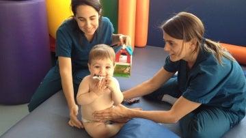 Un niño con daño cerebral es tratado en la Fundación DACER