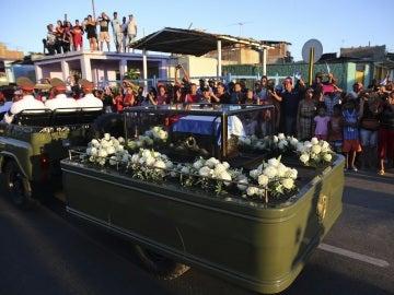 La caravana que traslada los restos del líder de la revolución cubana, Fidel Castro, se dirige hacia el cementerio Santa Ifigenia en Santiago