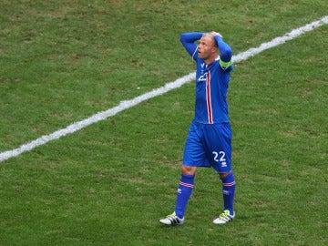 Gudjhonsen en un partido con Islandia