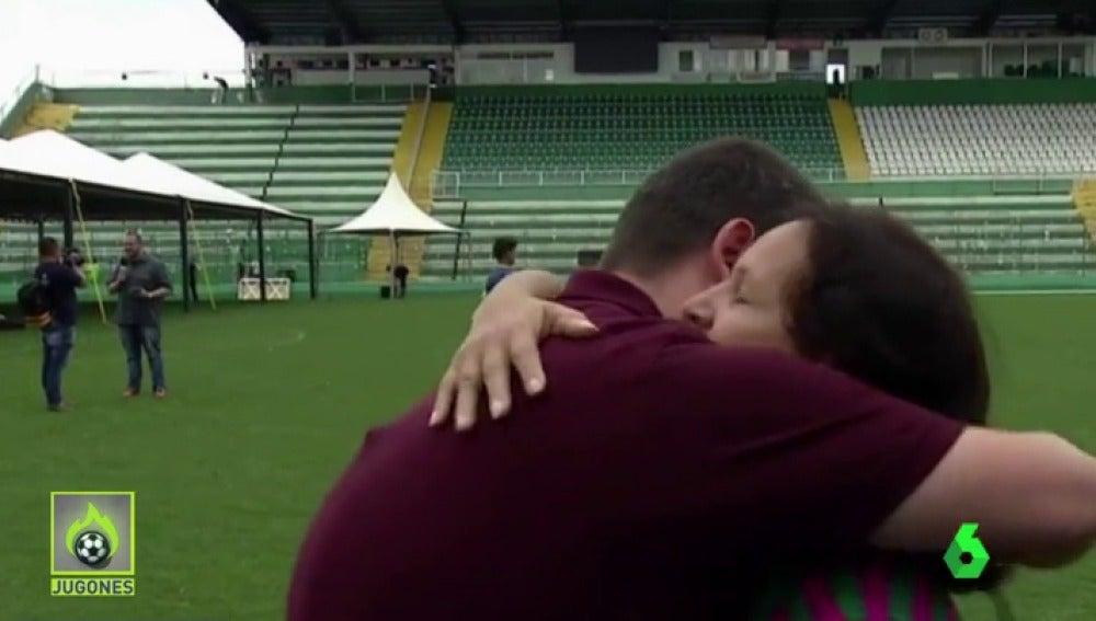 Frame 84.376191 de: El emocionante gesto con un periodista de la madre de Danilo, futbolista fallecido del Chapecoense
