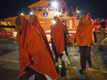 Llegan al puerto de Motril los 52 subsaharianos rescatados de una patera