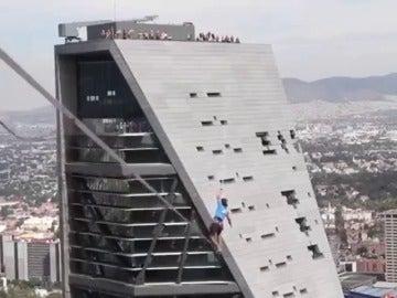 Frame 152.568098 de: Bate el récord de cuerda floja entre dos rascacielos en México