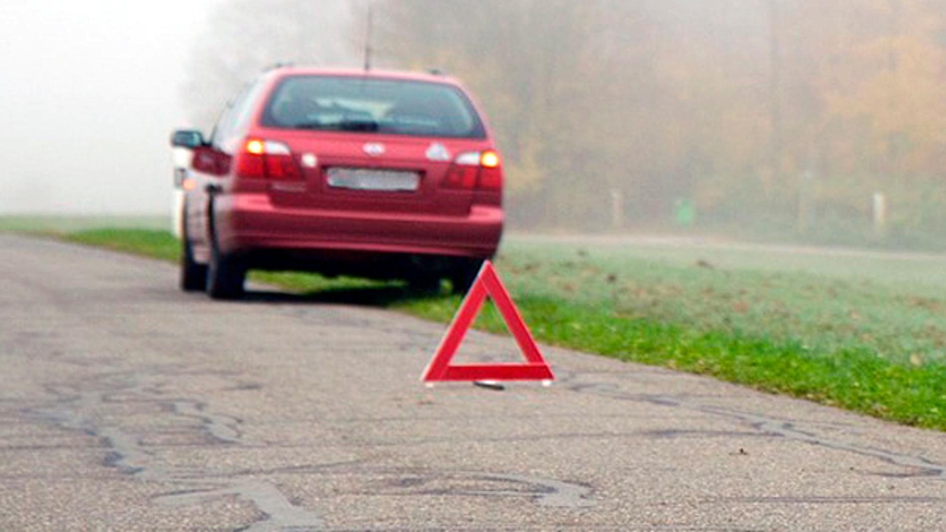 Coche averiado en la carretera