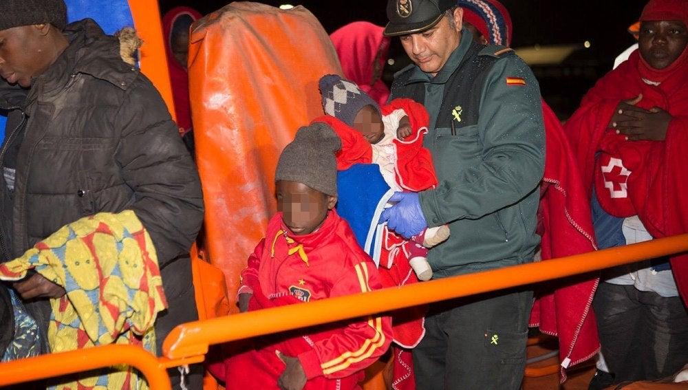 Un agente de la Guardia Civl con varios niños