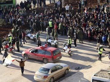 Civiles, combatientes y sus familiares esperan a ser evacuados de los barrios rebeldes en Alepo, Siria