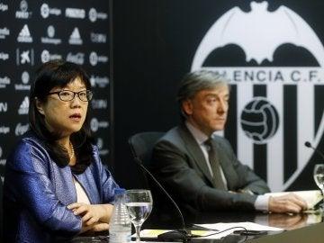 La presidenta del Valencia CF, Layhoon Chan, y el director deportivo, Jesús García Pitarch