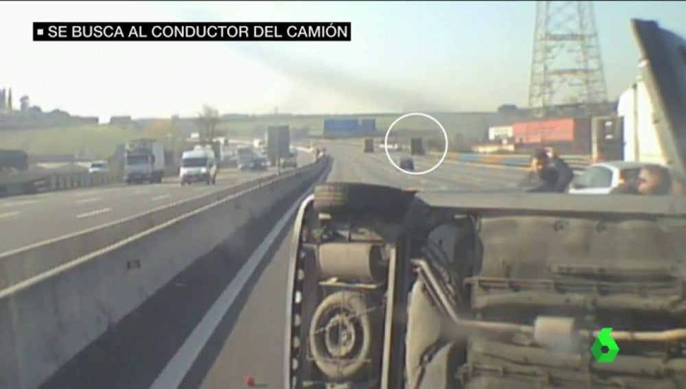 Frame 46.277083 de: Los mossos tratan de localizar al conductor de un camión que provocó un aparatoso accidente en la AP7