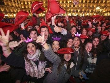"""La Plaza Mayor de Salamanca acogió la Nochevieja Universitaria, que en esta decimosegunda edición se suma a la campaña contra la violencia machista y en la que los participantes intentarán realizar el denominado """"Manequin challenge"""""""