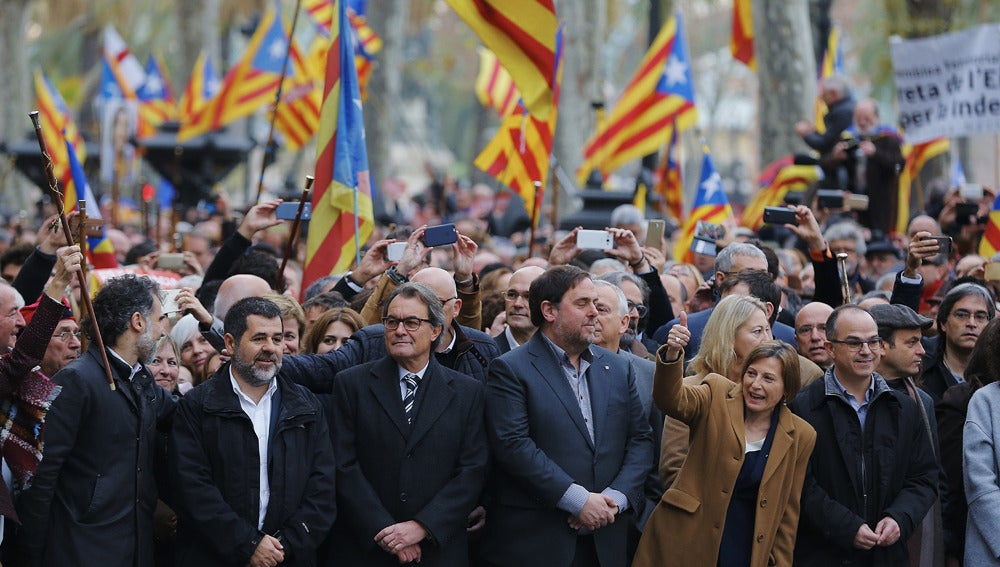 Forcadell, acompañada por Oriol Junqueras, Artur Mas, Jordi Turull y miembros del Govern