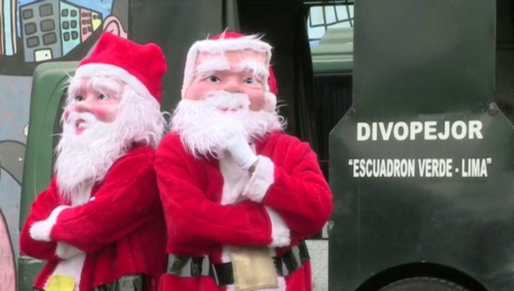 Dos de los Policías disfrazados de Papá Noel patrullan por las calles de Lima