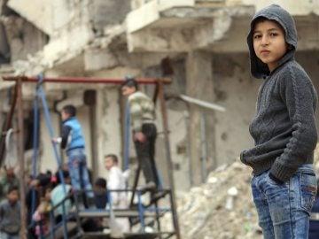 Niños jugando en el este de Alepo, tras el bombardeo de la zona