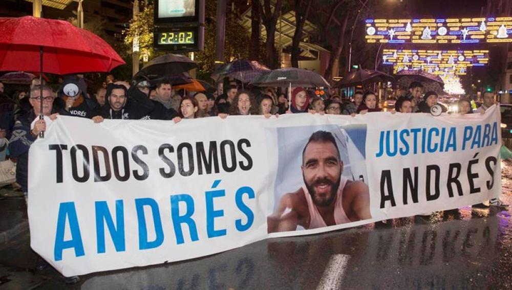 Mas de doscientas personas se han concentraron a las puertas del local 609, en la plaza de Santa Catalina, en apoyo de Andrés