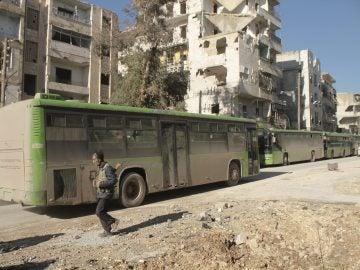 Imagen de archivo de los autobuses que evacuaron a parte de la población de los barrios del este de Alepo