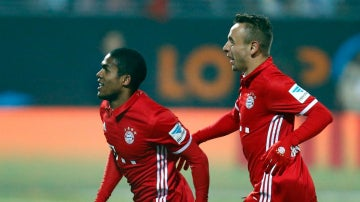 Douglas Costa celebra un gol con el Bayern