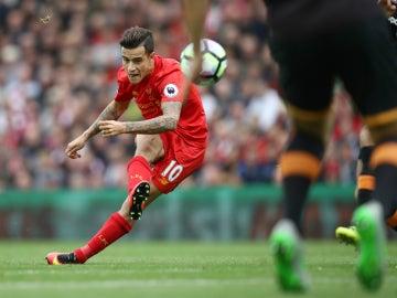 Coutinho lanza una falta con el Liverpool