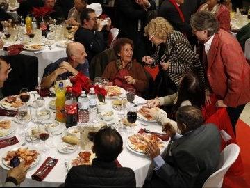 La alcaldesa de Madrid, Manuela Carmena (2ªd), y la vicealcaldesa Marta Higueras (d), felicitan la Navidad a las casi 200 personas sin hogar que acuden a la cena de Nochebuena organizada por Mensajeros de la Paz