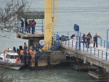 Varias personas trabajan en la recuperación de los cuerpos y los restos del avión militar ruso Tu-154 en Sochi