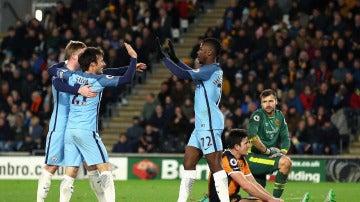 Los jugadores del Macnhester City celebran uno de los goles ante el Hull City