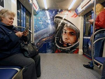 Imagen de archivo del metro de Moscú, decorado con un retrato del primer hombre en viajar al espacio exterior, el cosmonauta soviético Yuri Gagarin