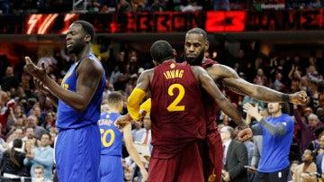 Kyrie Irving y LeBron James celebran la victoria sobre los Warriors
