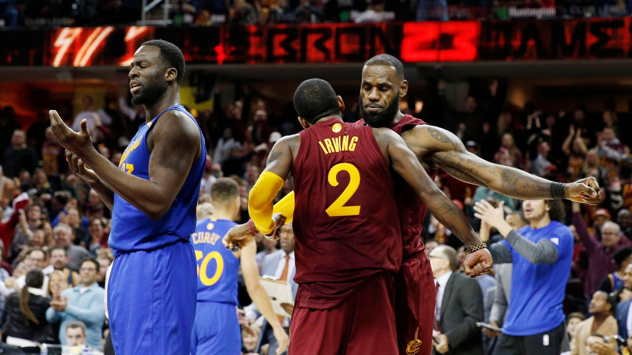 Kyrie Irving y LeBron James celebran la victoria sobre los Warriors