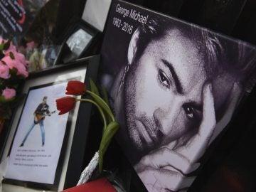 Flores y mensajes en memoria de George Michael