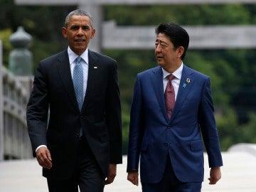 Imagen de archivo en la que Barack Obama (i) camina con el primer ministro japonés, Shinzo Abe