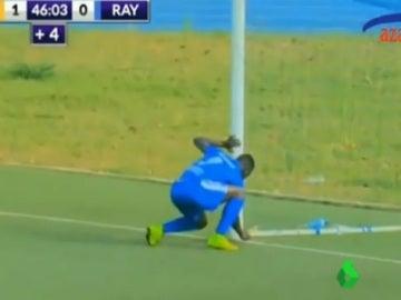 Un jugador deja un amuleto junto al poste en la Liga de Ruanda