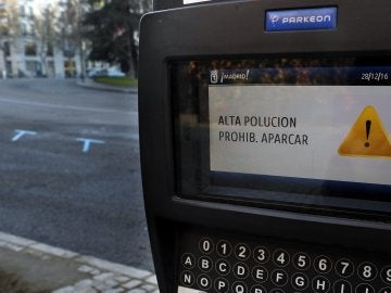 Un parquímetro de Madrid anuncia la prohibición de aparcar