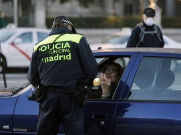 Controles policiales en Madrid para evitar la circulación de matrículas par
