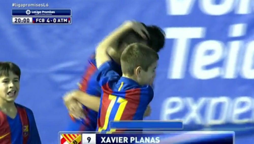 Xavi Planas celebra el segundo gol con sus compañeros